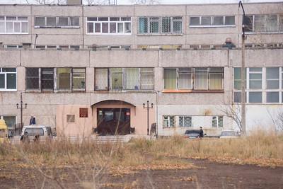 Бывшая школа 22 - окна видно принадлежат разным компаниям - все разные кто в лес кто по дрова. не поймешь кто владелец
