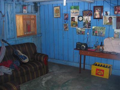 Een woonkamer in de Amazone. Jamaraguay, Brazilië.