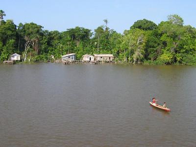 Een dorpje aan de Rio Amazonas, Brazilië.
