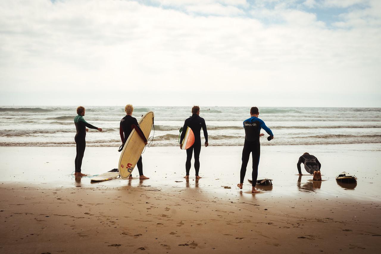 Crozon peninsula - Surfers at plage de la Palue