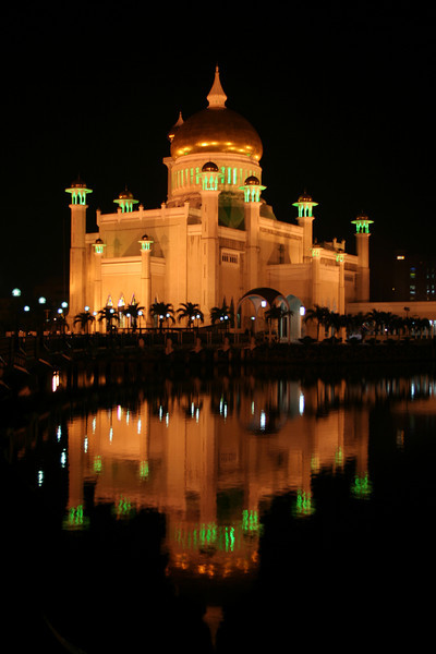 Night view of the Omar Ali Saifuddien Mosque, Bandar Seri Begawan, Brunei. View from the southwest across the lagoon.