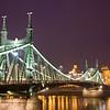 Freiheitsbrücke bei Nacht