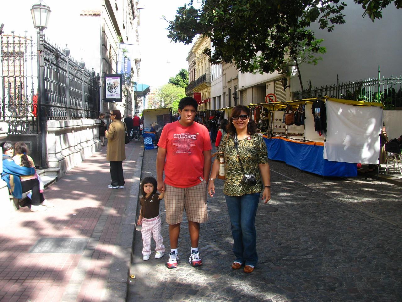 En San Telmo, viendo antiguedades...