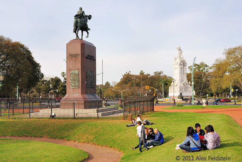 Juan Manuel de Rosas Statue (foreground), Monument to the Spaniards (background)