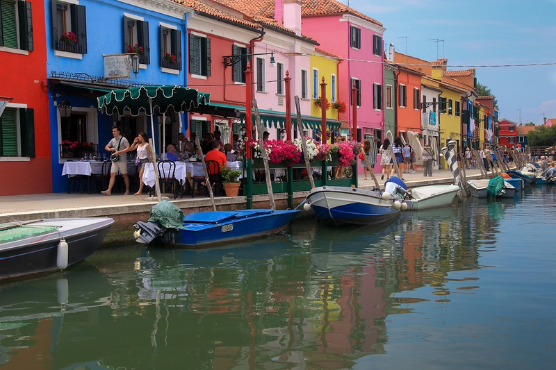 Early inhabitants of Burano were poor and all homes were built to share walls and have minimum glitz. The fancy paint was an affordable way to distinguish one's house.