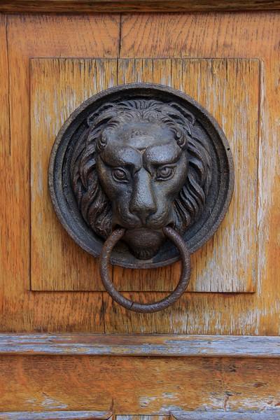 Creative door knocker