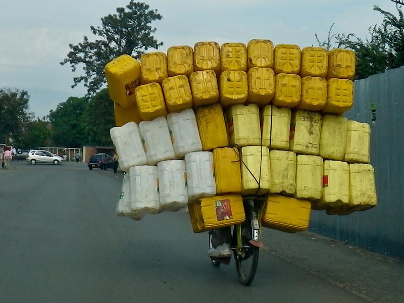 Transport von Wasserkanistern