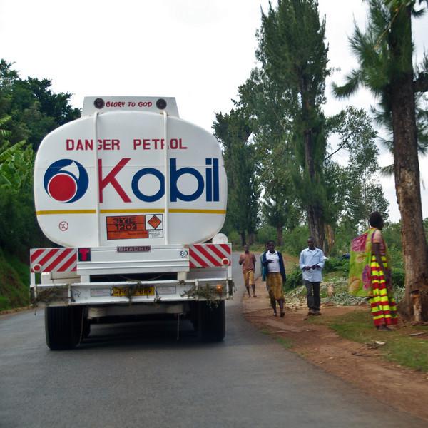 Tanklastwagen auf dem Weg in die Hauptstadt. Lastwagen hat Dornenzweige bei den Rücklichtern damit sich keine Velofahrer festhalten können