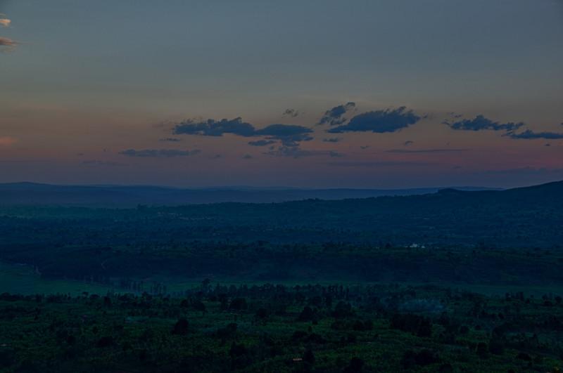Aussicht von einer Hotelterasse in Ngozi kurz vor Einbruch der Nacht.