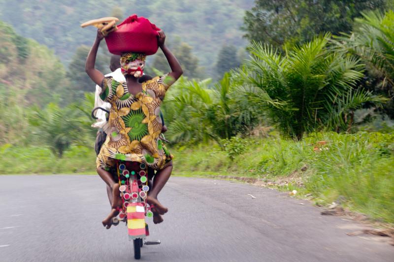 Mit 60 km/h fährt dieses Velotaxi den Berg runter. Zwischen dem Fahrer und der Frau ist noch ein Kind eingeklemmt.