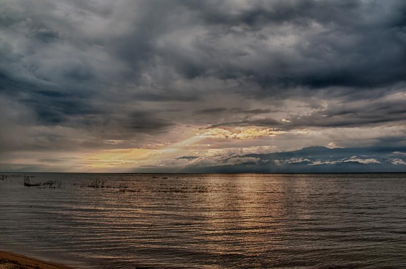 Sonnenuntergang nahe Bujumbura. Blick über Tanganjikasee Richtung Kongo. Im See sieht man einige Nilpferde kurz bevor sie an Land kommen.