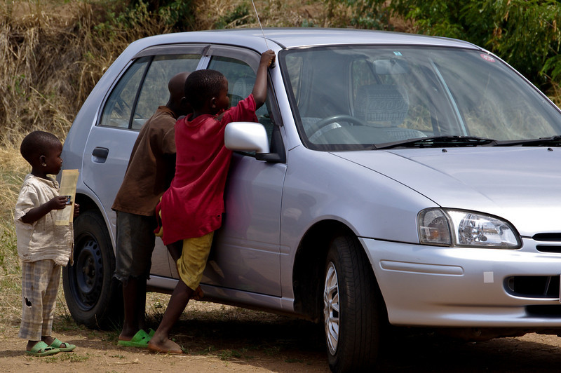 Kinder sind fasziniert von Auto