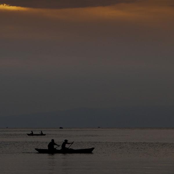 Sobald die Sonne untergeht begeben sich die Fischer auf den See und kehren erst bei Sonnenuntergang wieder zurück.