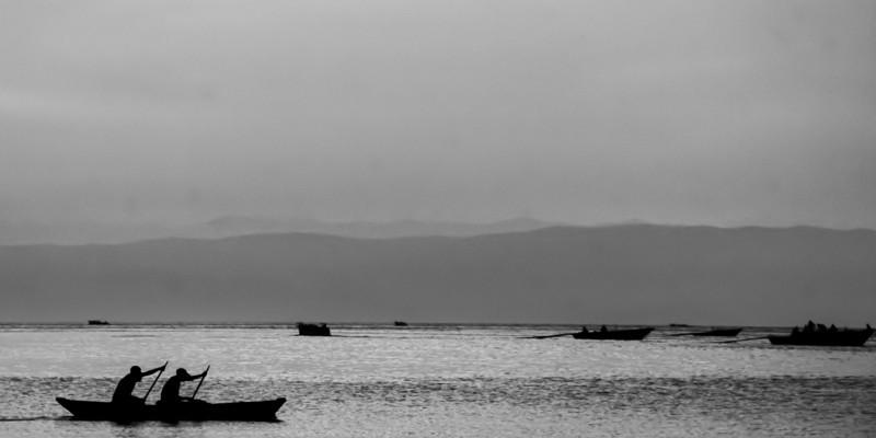Fischerboote, im Hintergrund Hügel vom Kongo.