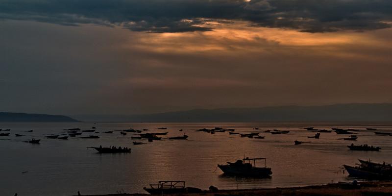 Fischerboote im Hafen von Rumonge