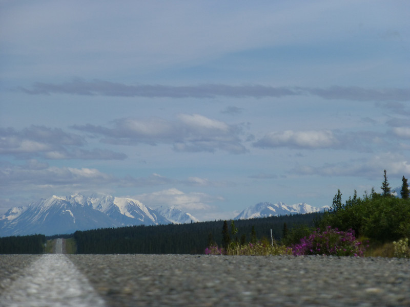 Left Tok headed south down the AlCan and once again had to endure the 140 miles of bad road between Destruction Bay and the border. The mountains are the backdrop to Destruction Bay....roads pretty straight too...