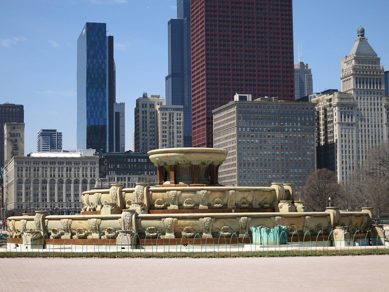 32-Buckingham Fountain, Willis Tower (black), CNA Bldg (rust)
