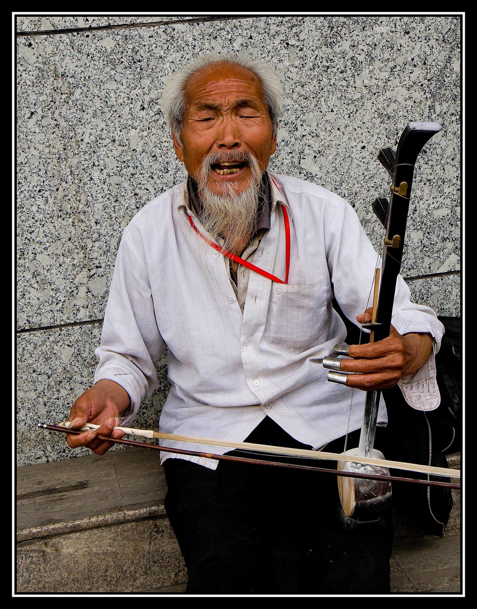 IMAGE: https://photos.smugmug.com/Travel/CHINA-FOCUS-TOUR-2010-XIAN/i-LFqJmMw/0/7842193f/X3/a%200827%20STREET%20MUSICIAN-X3.jpg