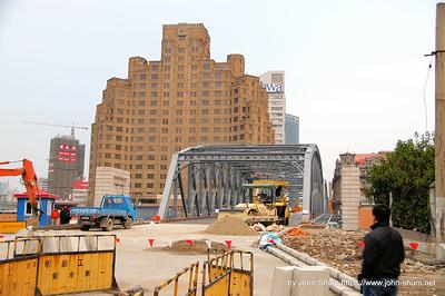 整修中的外白渡橋,為中國的第一座全鋼結構鉚接橋樑 (攝於:上海)