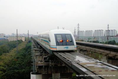連接上海浦東機場及市中心的磁浮列車,正離開龍陽路站 (攝於:上海 磁浮 龍陽路站)