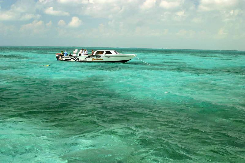 SNORKELING BOAT IN BELIZE