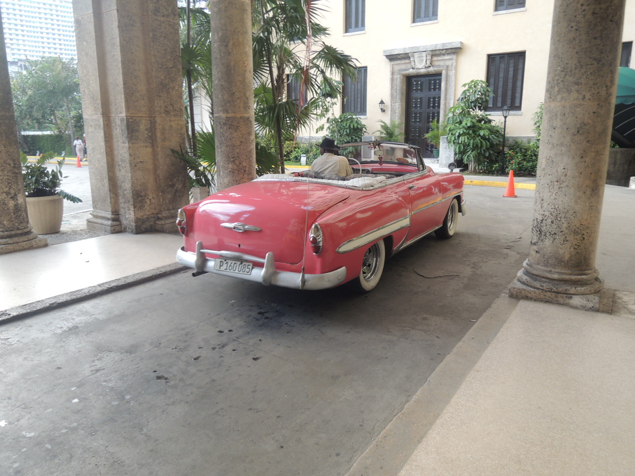 53 or 54 Chevy at the entrance of the Hotel Nacional.