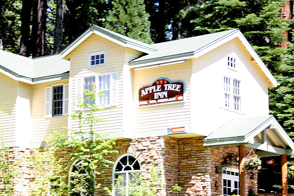 An inn right as you're leaving the south entrance to  Yosemite National Park along hwy 41 to Fresno.
