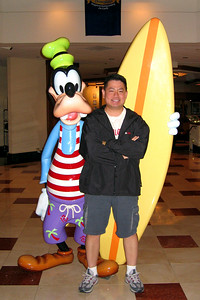 Cly with Goofy in the Paradise Pier Hotel