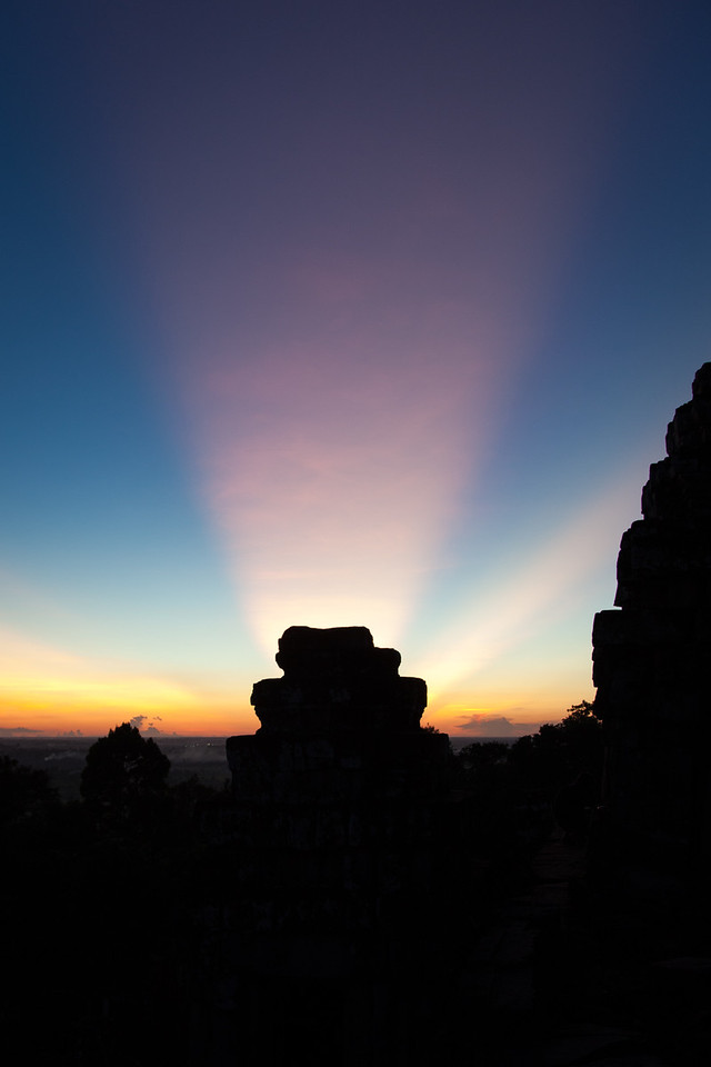 More crepuscular rays over the silhouette of the temple.
