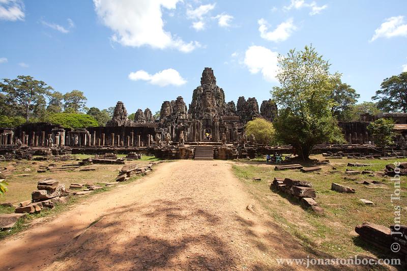 "<span class=""JonasSubTitle"">Cambodia. Siem Reap. Angkor Thom. Bayon Temple</span> <br> <br> <span class=""JonasGearInfo"">Canon EOS 5D Mark II</span> <br> <span class=""JonasGearInfo"">Canon EF 16-35mm f/2.8L II USM</span> <br> <span class=""JonasGearInfo"">17mm, f/11, 1/320 sec, ISO 100</span>"