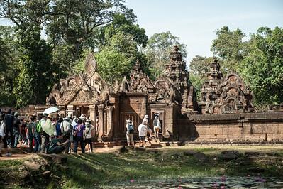 Храм построен из красного песчаника, окружающие его стены — из латерита