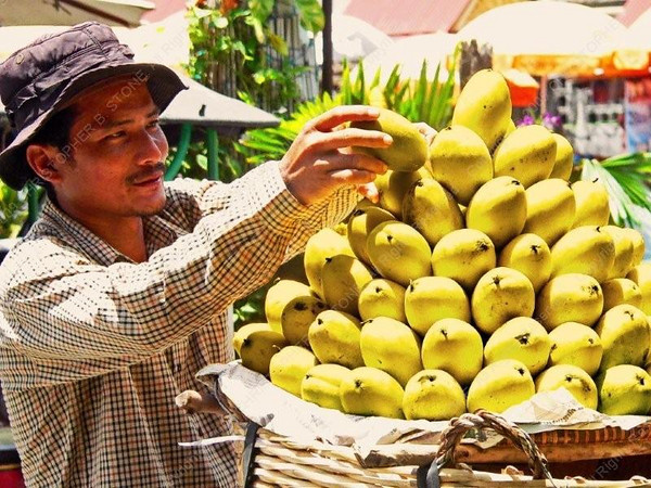 Cambodia - Phnom Penh - city - street scenes - mango pyramid seller
