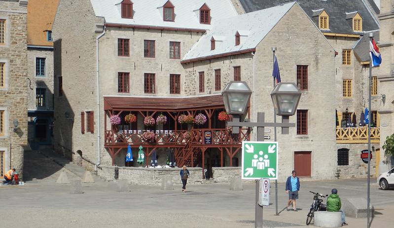 Quebec hop on-hop off bus tour, near Place Royale