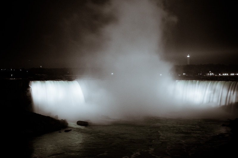 Horseshoe Falls at night.