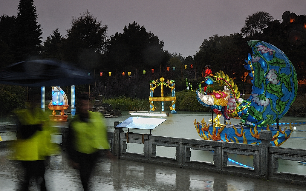 """A rainy evening on the exhibition of the """"Chinese Lantern/Lanternes chinoises"""" at the Montreal botanical garden"""