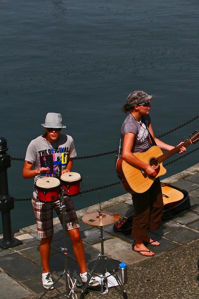 Street muscians in Victoria Harbor