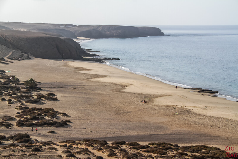 Best beaches in Lanzarote for Sunbathing - play Mujeres and Papagayo beaches 2