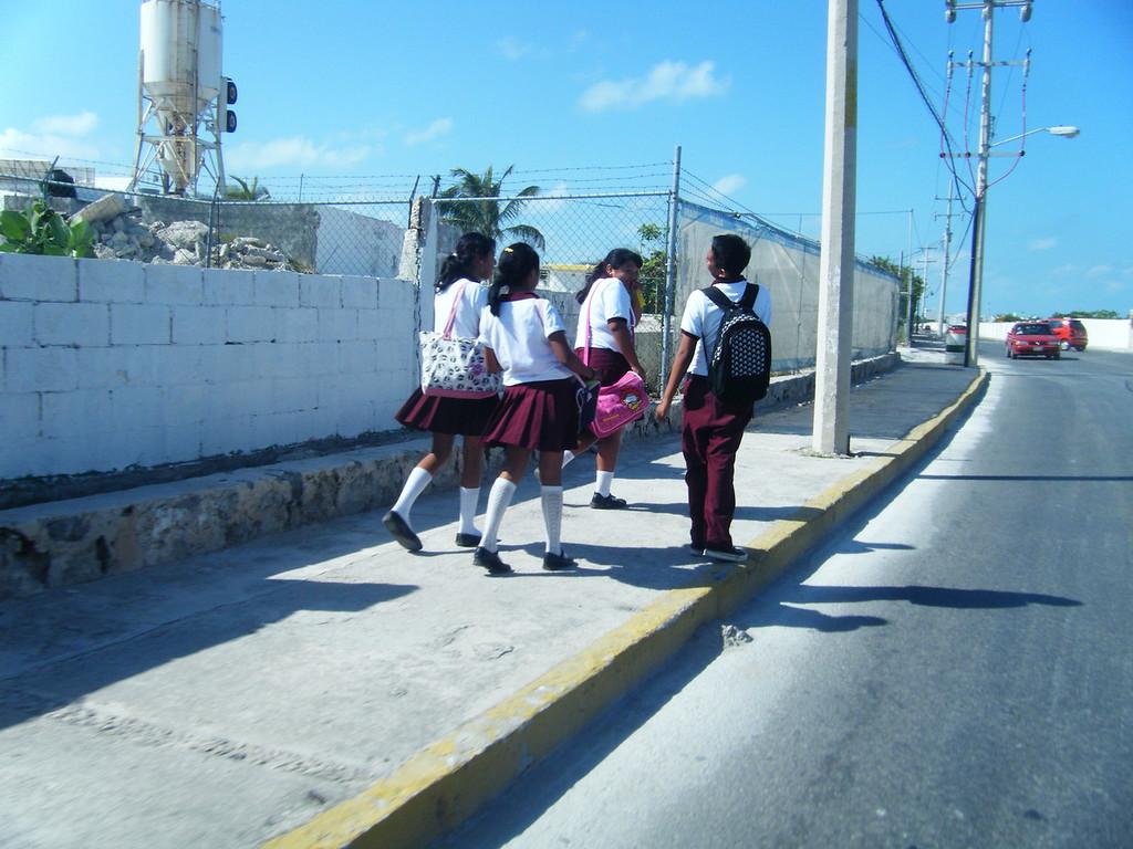 Isla Mujeres - schoolchildren