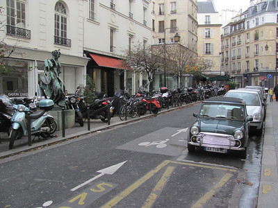 Typical street scene in Paris, motos and minis included...