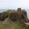 La segunda manera de entrar o salir del castillo es atraves de una cueva en la roca que comunica el lado norte con el sur y donde hay una pendiente muy elevada a una muy bien defendida puerta trasera.