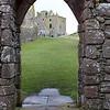 Vista desde la capilla hacia la torre. La capilla es el edificio mas antiguo de los que hoy se ven. Fue la primer capilla de piedra en el lugar consagrada en 1276 y que lueg fue quemada en 1297 por William Wallace on el batallon ingles dentro. La capilla fue luego remodelada.