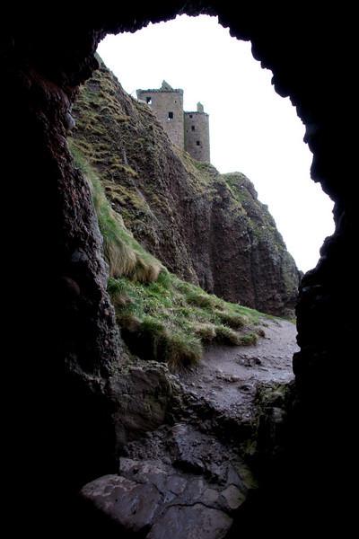 Esta es la gruta sobre la roca que comunica el lado sur con el norte y donde se encuentra la puerta trasera.