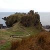 Dunnottar es tambien el posible lugar de batalla entre el Rey Donald II y los Vikingos en el 900. El Rey Donald II murio defendiendo el castillo de la invasion de los Vikingos pero su muerte fue en vano ya que los Vikingos tomaron y destruyeron el castillo.