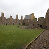 """Este es el cuadrangulo, no cuesta mucho imaginacion entender la elegancia que trajo a la vida en el castillo la adicion de estos nuevos edificios que era puramente de uso social y domestico. Solo los grandes dentro de la nobleza escocesa de fines del siglo XVI podian darse el lujo de remodelar sus castillos medievales en linea con las nuevas modas que venian de Inglaterra y la europa renacentista. Pero el cuarto Conde Mariscal, """"Old Williwam o' the Tower"""" era rico y si alguien podia ser rival de un noble ingles, era el."""