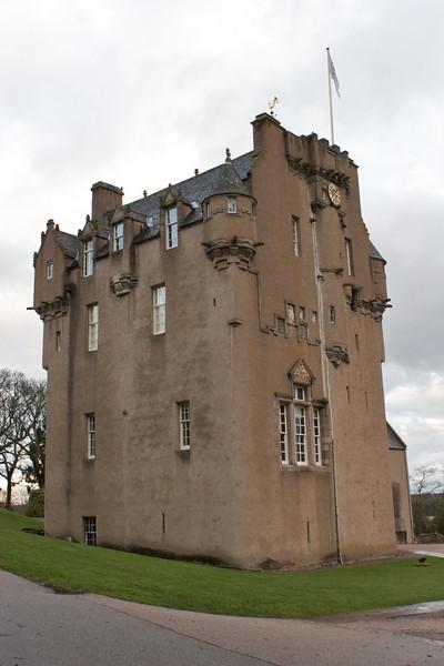 El castillo fue completado en 1596 por Alexander Burnett y el ala adicional fue agregada en el siglo XVIII.