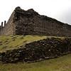 La pared que rodea el patio fue contruida por los Comyns, pero el la este del castillo fue remodelada en el siglo 16 por John Stewart, 4to conde de Atholl. El agrego una gran parte del edificio que incluye la torre redondo de la esquina este que se ve en la foto anterior.