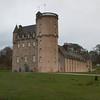 Fraser Castle, Originariamente conocido como Muchall-in-Mar, construccion elaborada de castillo de planta Z que era una forma de diseno de castillo comun en Inglaterra y Escocia. La construccion comenzo en 1575 por el laird de Fraser, Michael Fraser y fue terminado en 1636.
