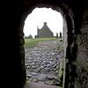 Saliendo del Keep. Dos incidentes han asegurado que Dunnottar tenga su lugar en la historia escocesa que son tanto famosos como infames.Para Mayo de 1652 Dunnottar fue el ultimo lugar en Escocia defendiendo a Charles II contra las fuerzas de Cromwell bajo el comando del General George Monck.
