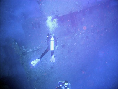 Descending to the El Aguila wreck