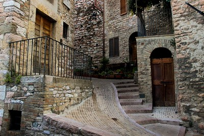 Natural stone of many shapes and sizes was used to build Assisi.